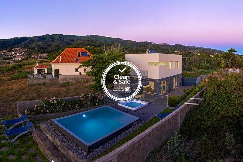 Pool and comfort in Fajã da Ovelha - Casa da Maloeira, location de vacances à Raposeira Do Logarinho