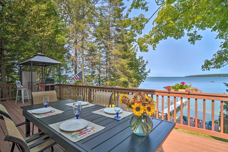 NEW! Charming 3-Season Lakefront Retreat w/ Dock, holiday rental in Topinabee