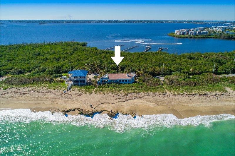 La Dolce Vita: Ocean-2-River Beach House Directly On Beach (+pool,elevator&dock), casa vacanza a Stuart