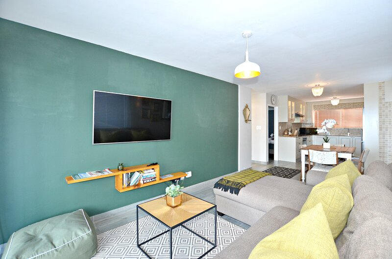 Oceanview Beachfront Blouberg Apartment with Balcony, holiday rental in Bloubergstrand