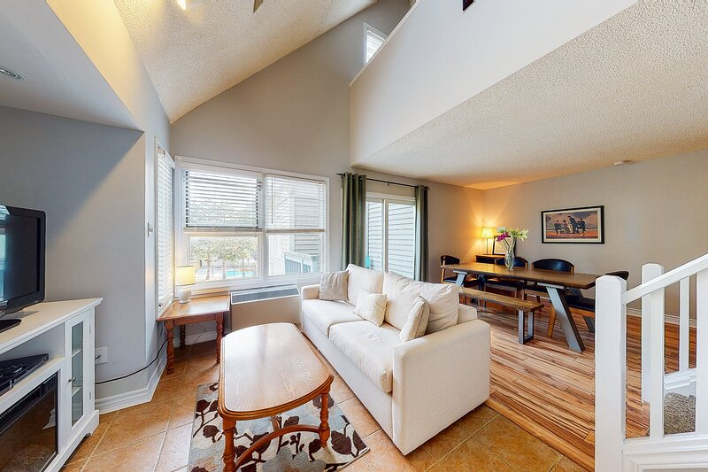 Well-located studio w/ shared seasonal pool, tennis & year-round hot tub!, vacation rental in Blue Mountains