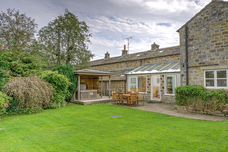Hookstone House - Spacious 5-Bedroom Yorkshire Cottage with Hot Tub, holiday rental in Summerbridge