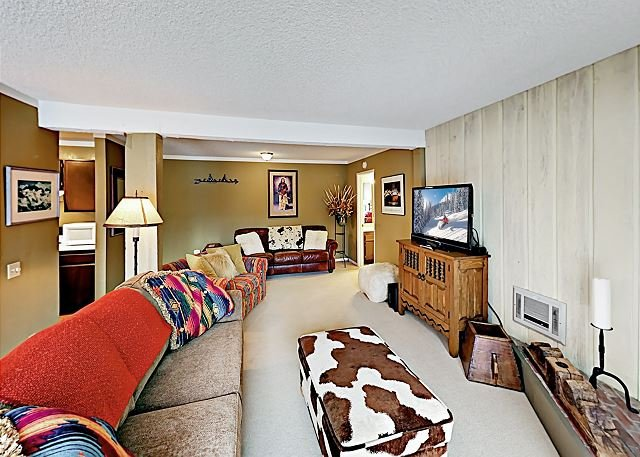Mountain-View Condo with Pool, Hot Tub & Tennis - Short Walk to Lifts, Dining, holiday rental in Mammoth Lakes