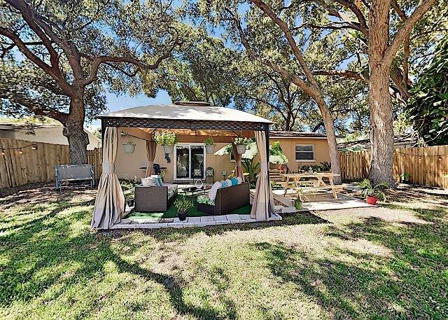 Modern Getaway   Fenced Backyard with Cabana   All-New Interior, alquiler de vacaciones en Largo