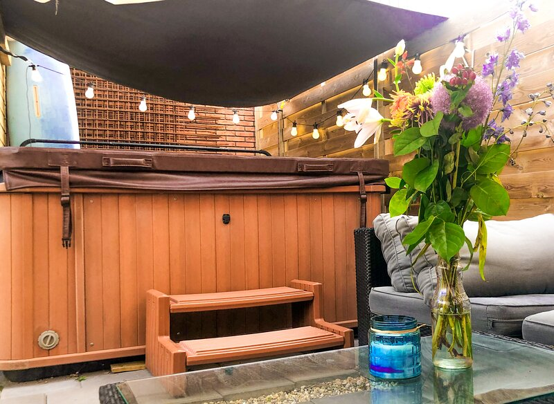 Private getaway with jacuzzi, bicycles with your own parking spot, holiday rental in Zaandam