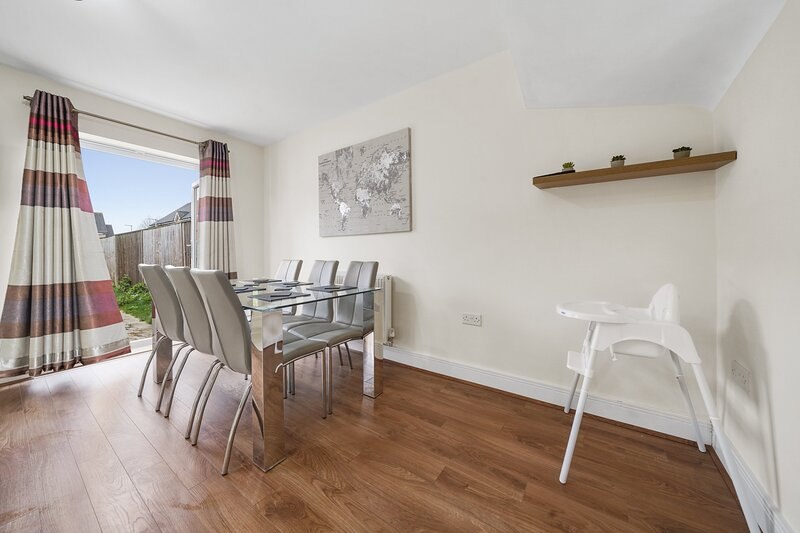 London Heathrow Living Holywell Serviced House D - 3 bedrooms, holiday rental in Harmondsworth