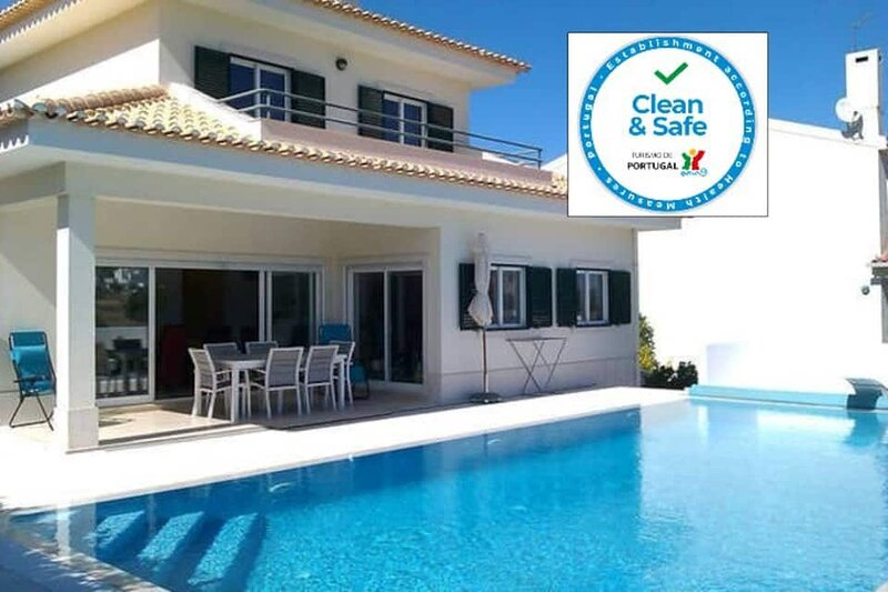 Lovely Villa & Swimming Pool with Beautiful View Nr Sesimbra, sleeps 8, vacation rental in Sesimbra