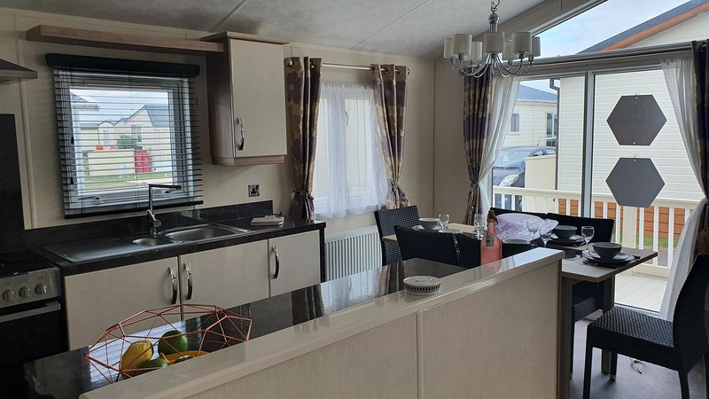 Luxury platinum lodge at Suffolk Sands Holiday Park ref 45009MV, vacation rental in Walton-on-the-Naze