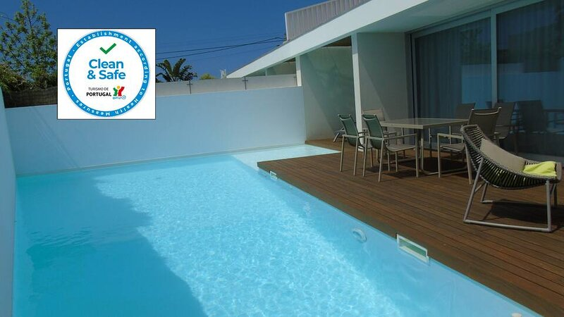 Villa Roxy. A Modern Villa with stunning Pool. Close to Meco Beach. Sleeps 6, holiday rental in Setubal District