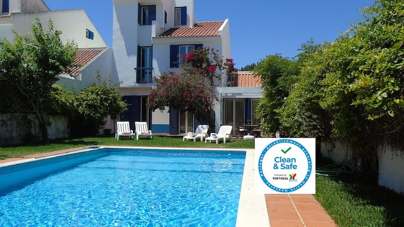 A Lovely Portuguese Villa with large swimming pool.Perfect for Families sleeps 9, location de vacances à Quinta Do Conde