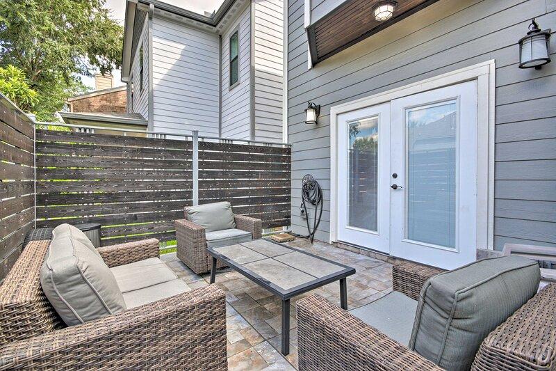 NEW! Southwest Houston Home w/ Balconies & Patio!, holiday rental in Clodine
