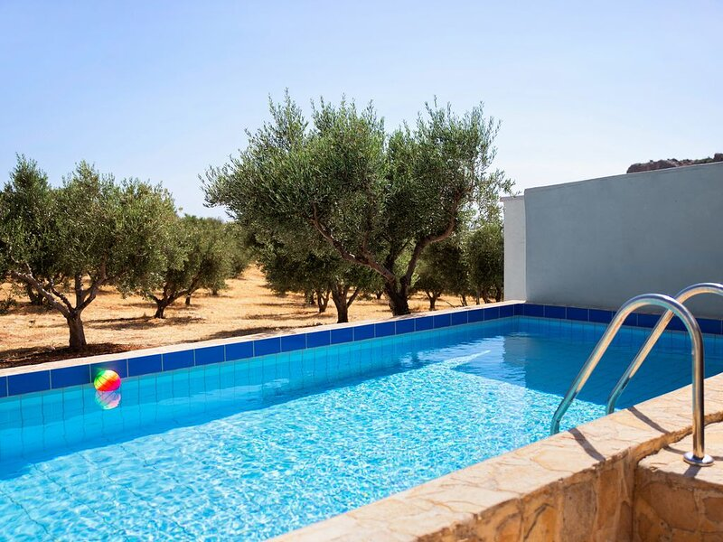 Villa ,tranquillité absolue,piscine privée, à 10 min. de la plage de Triopetra, holiday rental in Kerames