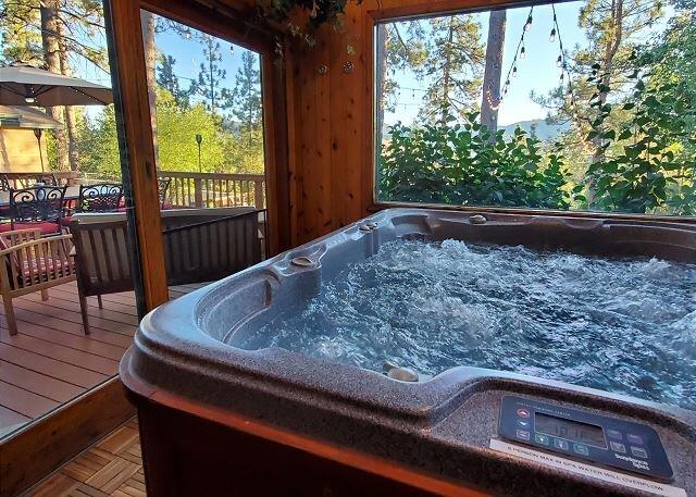 Beautiful Back Yard with scenic Lake Views. Private Hot Tub & Pool Table, alquiler de vacaciones en Big Bear Lake