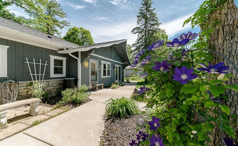 Waterfront Suite centrally located w/ private dock, holiday rental in Big Rapids