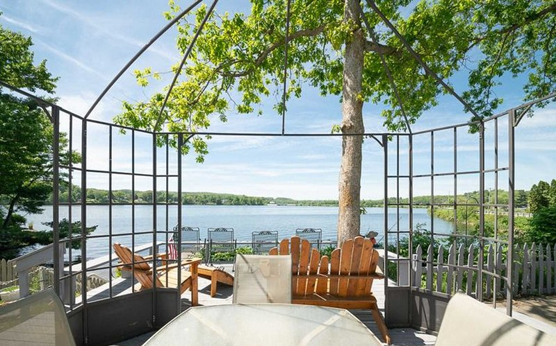 Waterfront resort W/ boat rental option/private docks, holiday rental in Trufant
