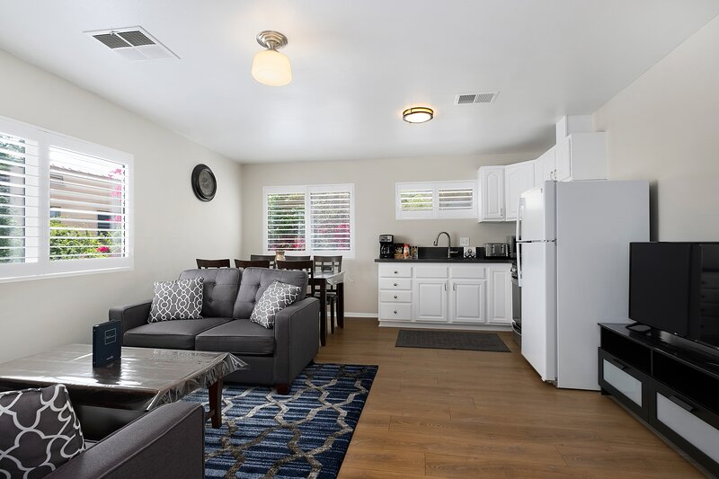 Newly Furnished Central LA Apartment (Permit#- HSR19-001331), holiday rental in Los Angeles