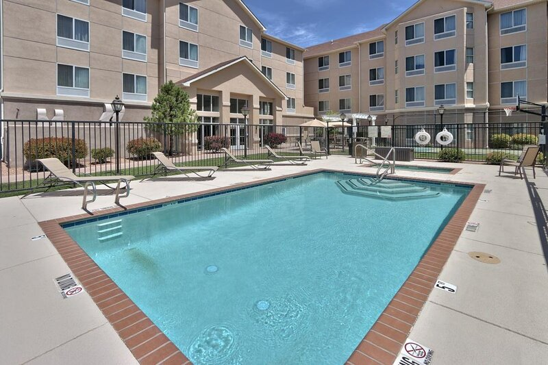 Great Vacation Escape! Two Comfy Unit for 12! Parking and Pool!, holiday rental in Albuquerque