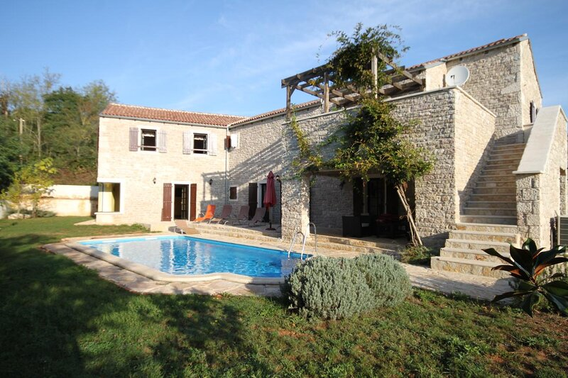Skrapi Holiday Home Sleeps 10 with Pool and Air Con - 5467344, alquiler vacacional en Kircija