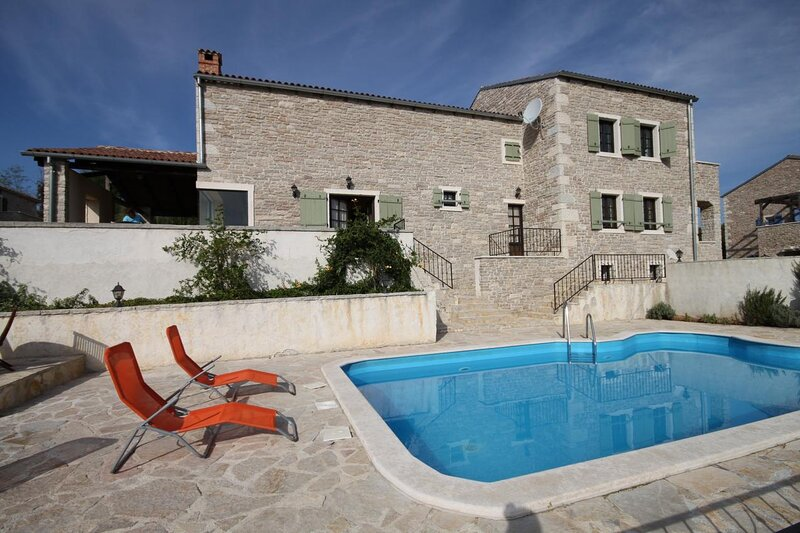 Skrapi Holiday Home Sleeps 8 with Pool and Air Con - 5467348, holiday rental in Beram