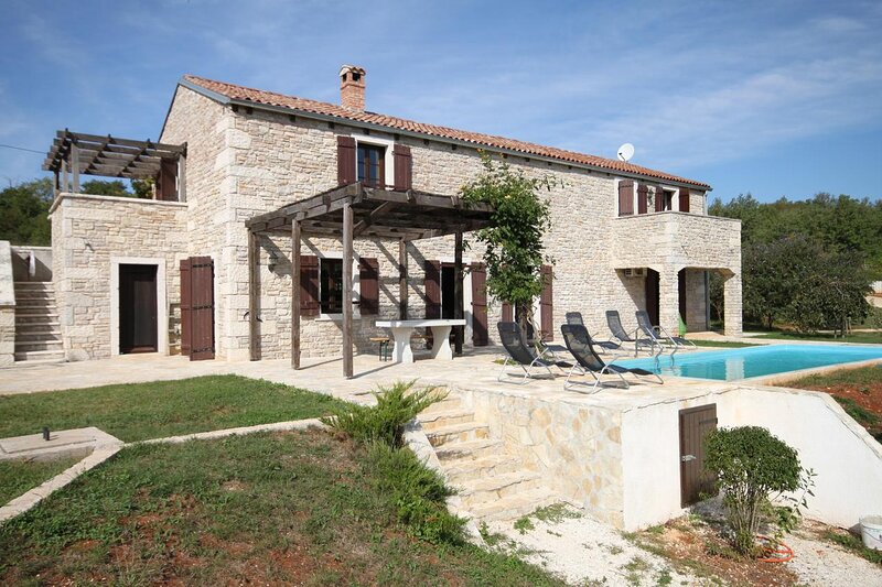 Skrapi Holiday Home Sleeps 8 with Pool and Air Con - 5467349, holiday rental in Beram