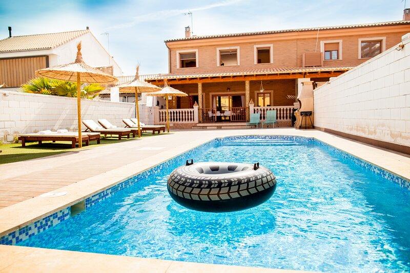 ESPECTACULAR VILLA EN EL PASEO MARITIMO DE VALENCIA CON PISCINA Y VISTAS MAR, holiday rental in Valencia