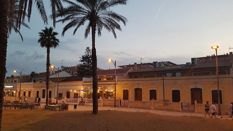 MAGNIFICA VILLA DE 14 HABITACIONES Y 10 BAÑOS EN LA PLAYA. PISCINA PRIVADA, casa vacanza a Alboraya