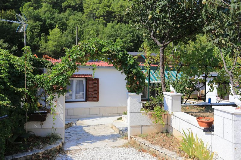 Zakucac Holiday Home Sleeps 8 with Pool and Air Con - 5802622, location de vacances à Zakucac