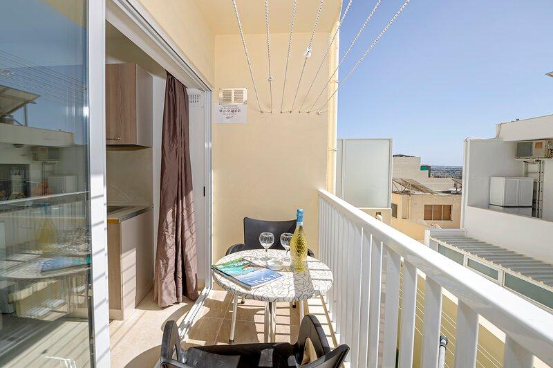Summer Breeze Comfort Apartment 4, holiday rental in Xemxija