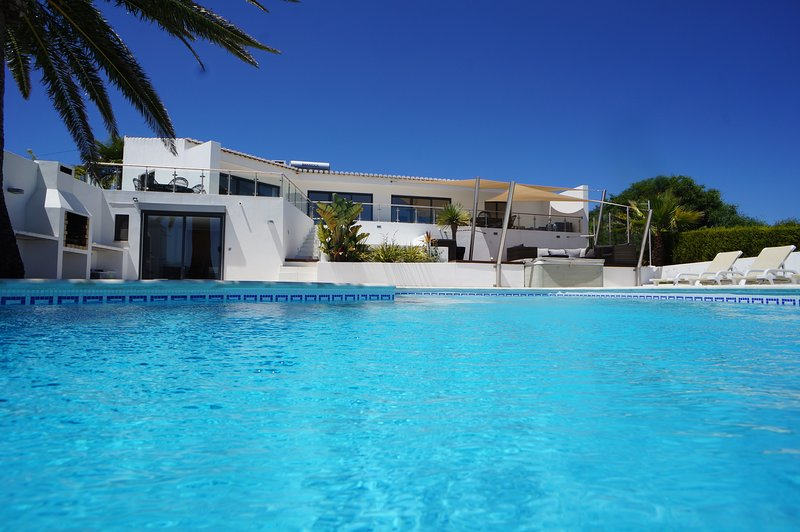 EXCEPTIONAL 180° OCEANVIEW DREAM VILLA: PARADISE IN SALEMA. AIRCO. WOW, holiday rental in Salema