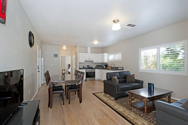 Upgraded & Spacious Apt in heart of LA W/Smart TV (Permit # HSR19-001331), holiday rental in Los Angeles