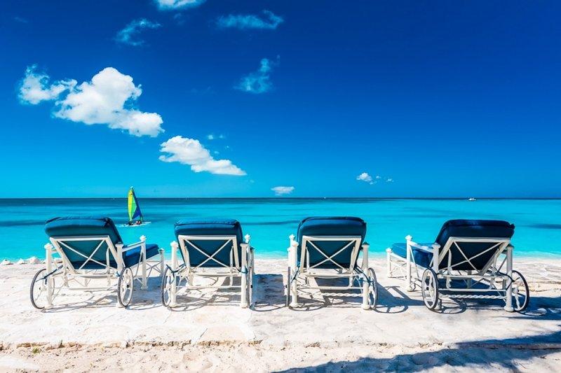 Villa Milestone | Beach Front - Located in Beautiful Grace Bay with Private Po, alquiler de vacaciones en Leeward