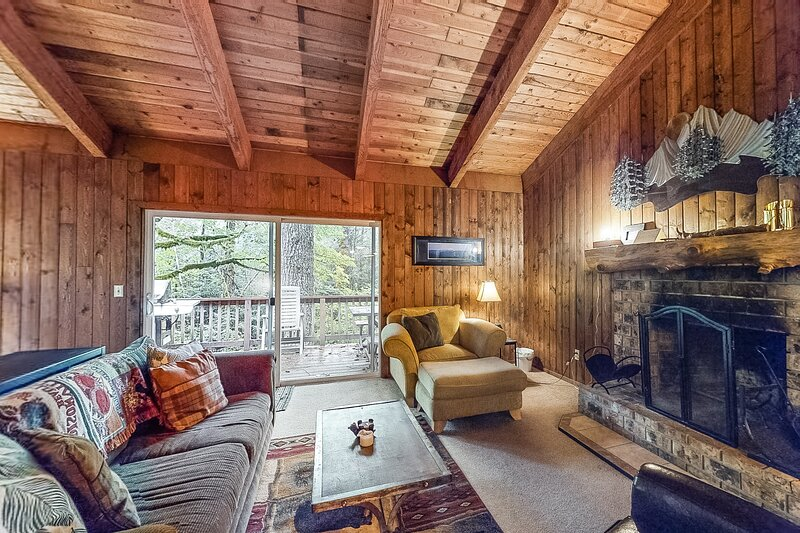 Serene cottage on the river w/ firepit, deck, & bunk room - dogs okay!, holiday rental in Zigzag