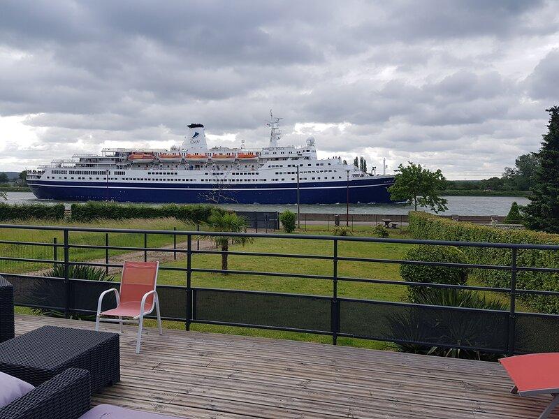 Vue sur les bateaux qui passent devant votre fenêtre