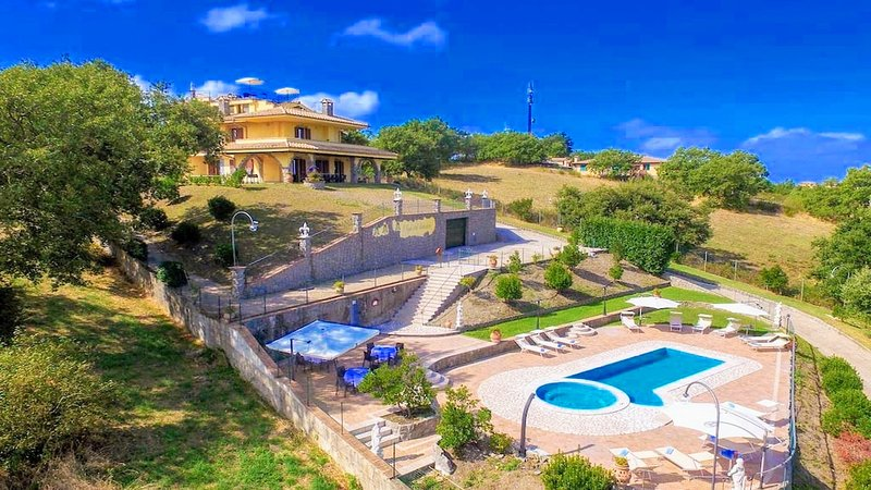 LAKE VIEW/SPECIAL EVENTS LUXURY VILLA : MARRIAGES ETC-SLPS 24/EXC POOL/JACUZZI, holiday rental in Zepponami