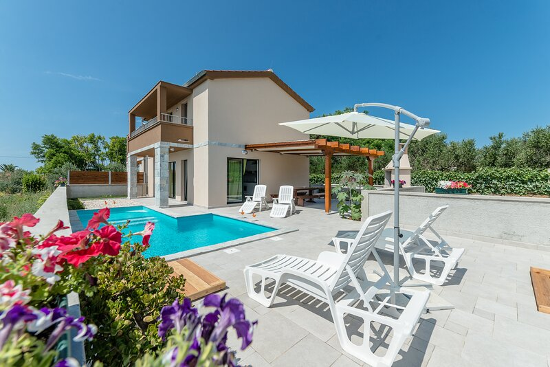 Villa Lusia-Modern villa with pool, 150 meters from the sandy beach, holiday rental in Privlaka