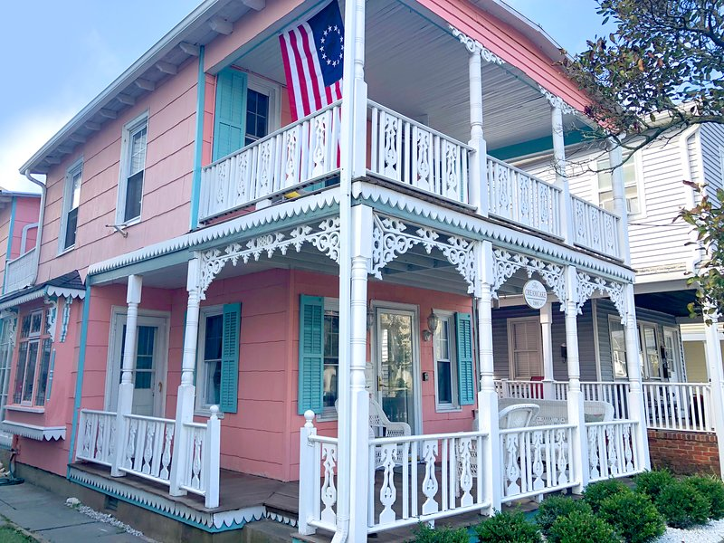 'Creamcake' 1880 Victorian home 2 blocks to the beach 3 brdm / 2 bath sleeps 6+, holiday rental in Neptune