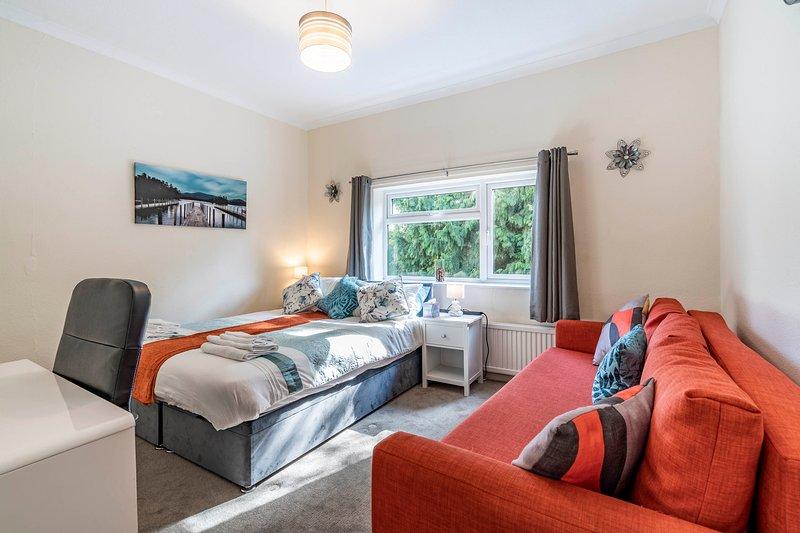 1-Bed Apt Central Watford - Key Workers - Sleeps 6, vacation rental in Borehamwood