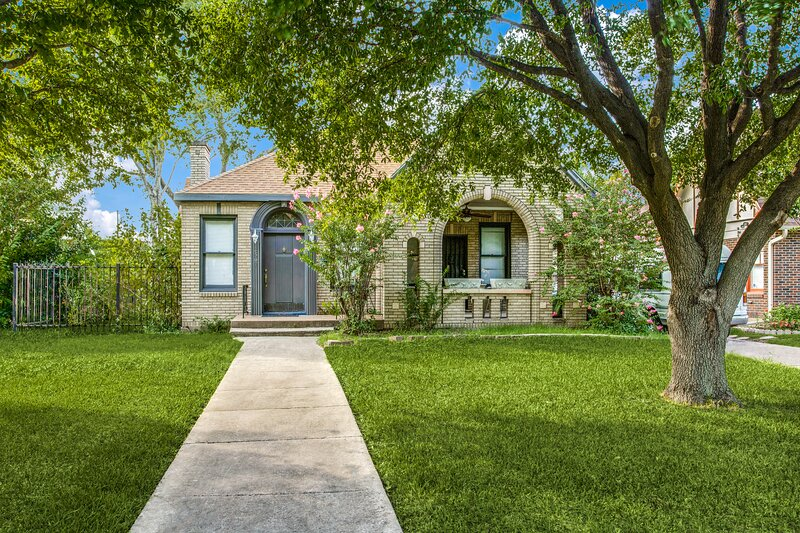 Historic Bungalow in the Heart of Dallas, vacation rental in Wilmer