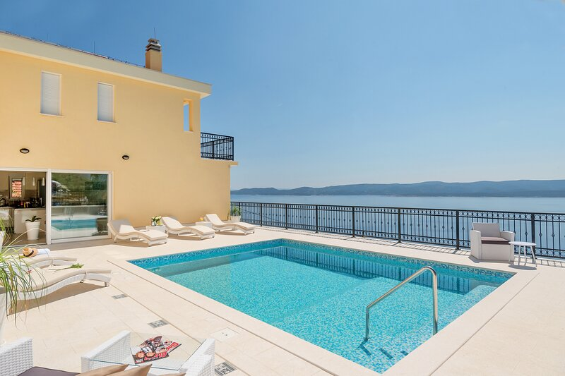 Villa Sun Palace a luxury 5 bedroom villa with amazing panoramic sea views, holiday rental in Mimice