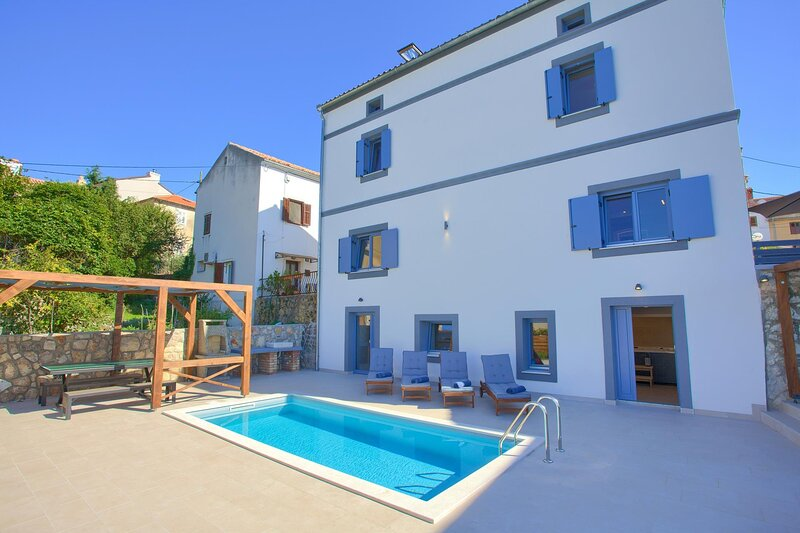 Omisalj Villa Sleeps 8 with Pool Air Con and WiFi - 5872363, holiday rental in Omisalj