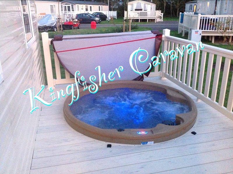 Kingfisher Caravan and hot tub at Tattershall Lakes Country Park, holiday rental in Tattershall