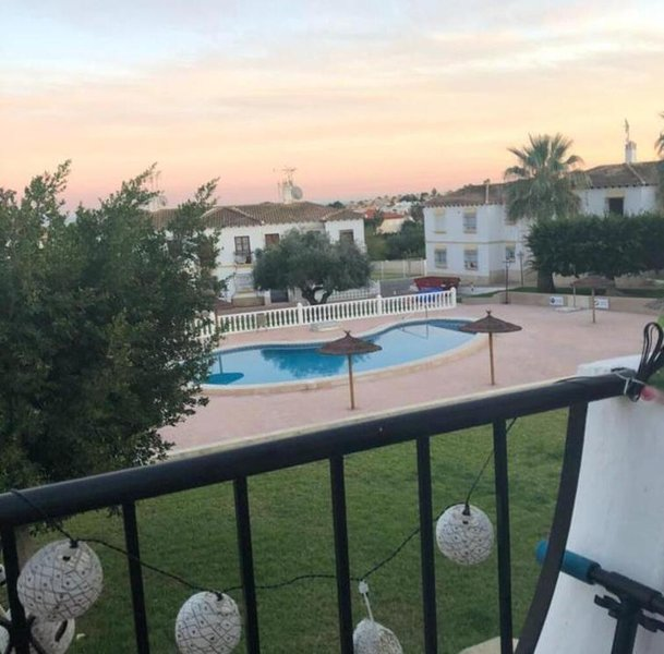 Immaculate 1-Bed Apartment in Villamartin, location de vacances à San Miguel de Salinas