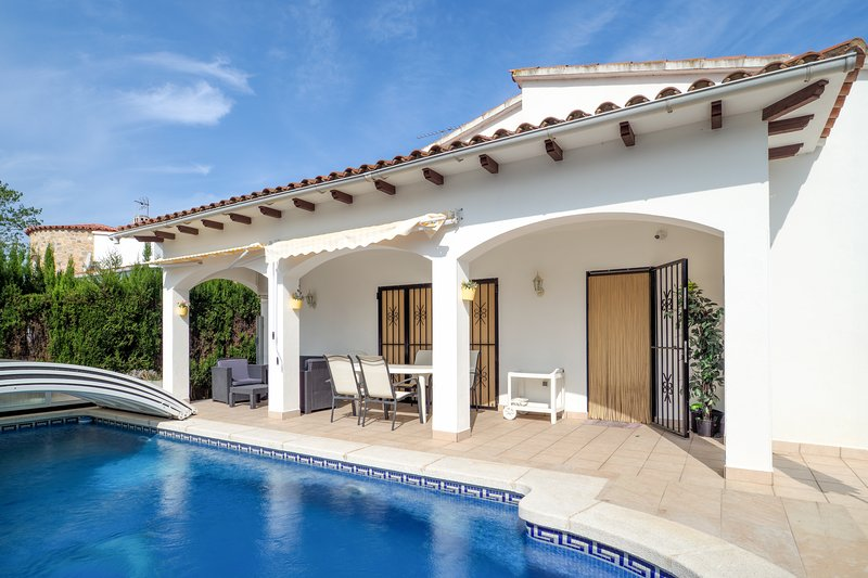 Amazing villa with swimming-pool, alquiler de vacaciones en Empuriabrava