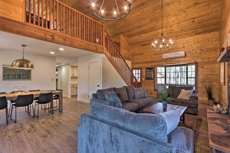 NEW! Modern Cabin w/ Game Room, Deck & Fire Pit!, alquiler vacacional en Star Valley
