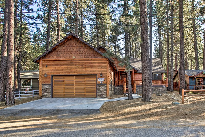 NEW! Cozy Alpine Escape w/ Hot Tub < 1Mi to Skiing, vacation rental in Moonridge