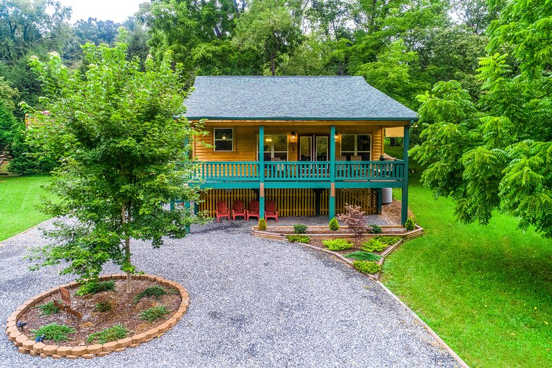 Waterfront mountain home right on the river with ample space! Dogs OK!, casa vacanza a Webster