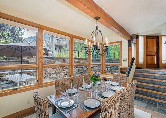 Large Comfortable Condo on 1 level, Spacious stone patio, 5 min to Skiing, holiday rental in Telluride