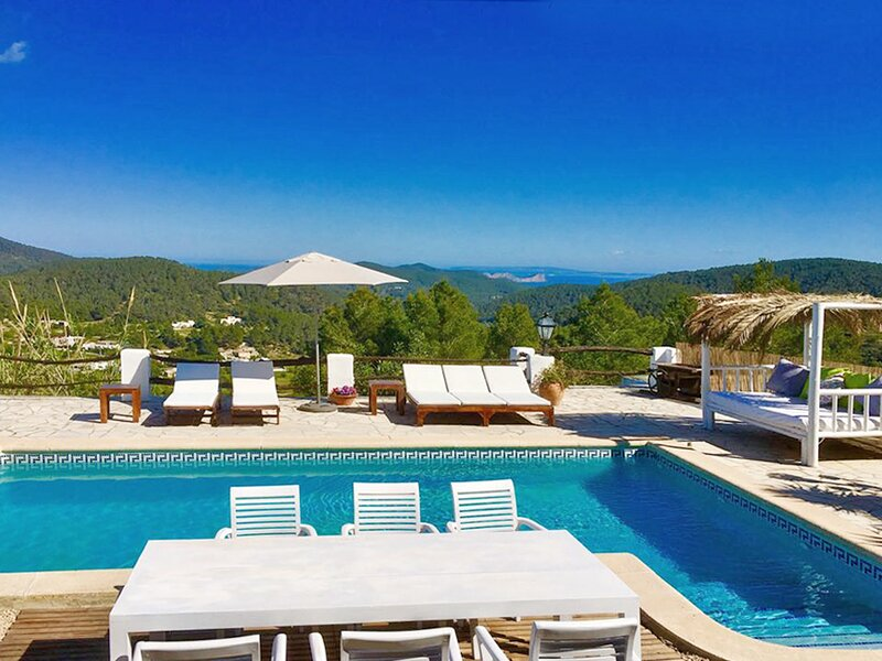 AUTHENTIC VILLA WITH STUNNING VIEWS, holiday rental in Sant Josep de Sa Talaia