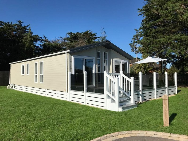 6 berth luxury lodge in Christchurch, Dorset, holiday rental in Highcliffe