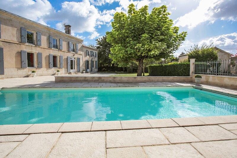 Amazing villa with swimming-pool, location de vacances à Le Mans